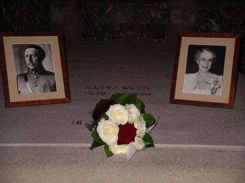 Dépôt de fleurs sur la tombe du Roi Albert Ier