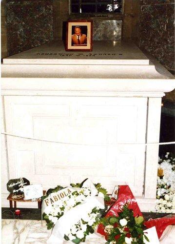 Dépôt de fleurs sur la tombe du Roi Baudouin