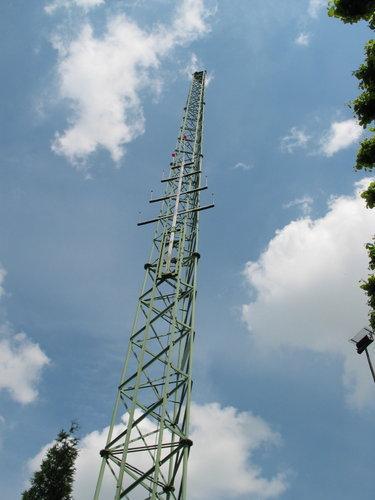 """La perche portant les """"oiseaux"""" cibles monte vers le sommet à 37,50 m"""