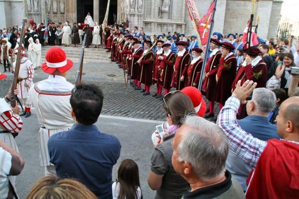 Haie d'honneur Place du Sablon pour la statue de la Vierge
