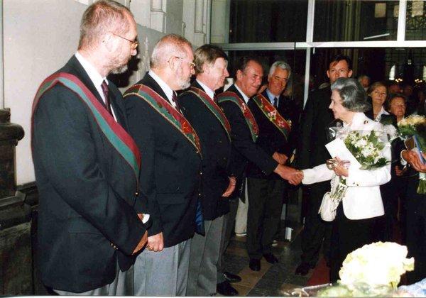 Salut de la Reine Fabiola à la sortie de l'église N-D de Laeken
